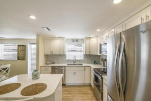 A kitchen or kitchenette at The Solaster - One of The Cottages on the Key