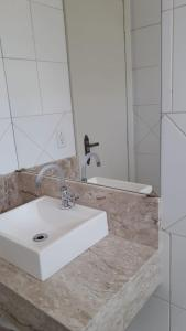 A bathroom at Apartamento no centro de Torres