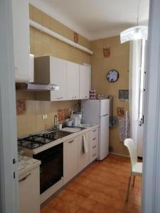 Cucina o angolo cottura di vecchia funivia 008055-LT-0828