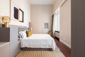 A bed or beds in a room at Sonder — Spanish Steps Lofts