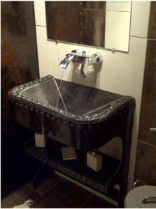 A bathroom at Le Grand Gîte