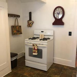 A kitchen or kitchenette at Paso Vacation Homes Zinfandel Cottage