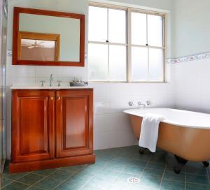 A bathroom at Berenbell Vineyard Retreat