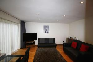 A seating area at 3 bed home near to Hospital and businesses