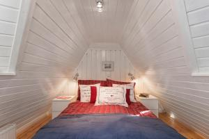 A bed or beds in a room at Landhaus Sobrigau