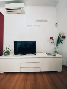 A television and/or entertainment centre at Old Town Apartment in Girona