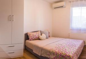 Posteľ alebo postele v izbe v ubytovaní Rita Apartman