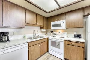 A kitchen or kitchenette at La Vista Blanc 19
