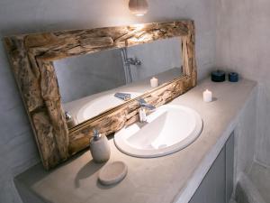 Ett badrum på Santorini Villas