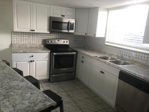 A kitchen or kitchenette at 3 br house