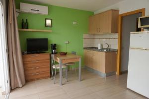 Een keuken of kitchenette bij Apartamentos Ecuador