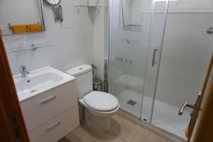 Een badkamer bij Apartamentos Ecuador