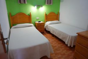 Een bed of bedden in een kamer bij Apartamentos Ecuador