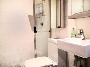 A bathroom at 步行十分钟到地铁站/超奢华三卧室别墅/可住12人