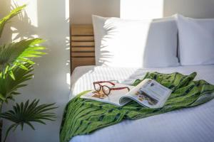 A bed or beds in a room at TOMMY CONDOMINIUM MAEJIMA