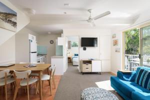 A seating area at Rainbow Getaway Holiday Apartments