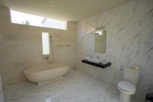 A bathroom at Juada Garden