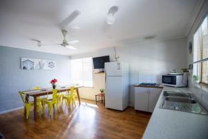 Кухня или мини-кухня в Shark Bay Seafront Apartments