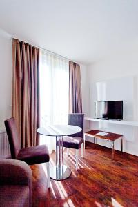 A seating area at Suite Apartments by Livingdowntown
