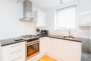 A kitchen or kitchenette at Roomspace Serviced Apartments - Kew Bridge Court