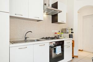 A kitchen or kitchenette at Marconi Airport Cozy Dream Flat