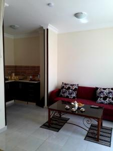 A seating area at Tiba Towers 2, Apartament A06