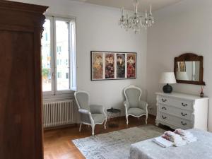 Een zitgedeelte bij Romantic and Charming Apartments