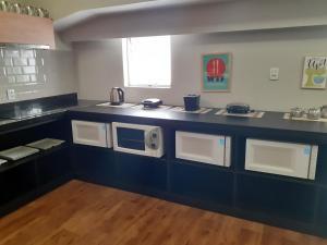 A kitchen or kitchenette at Quarto com banheiro privado
