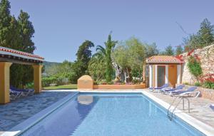 Der Swimmingpool an oder in der Nähe von Holiday Home Santa Eulalia with Fireplace VIII