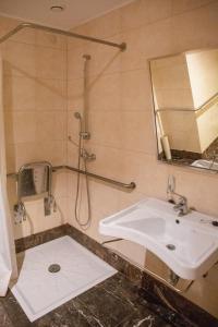 Een badkamer bij Apartamentos Turisticos Atlantida