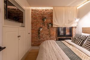 A bed or beds in a room at Espacioso apartamento moderno recién reformado by S@H!
