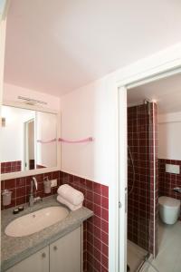 A bathroom at Versoverde Alzaia Naviglio Grande