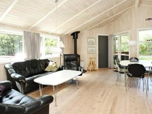 Coin salon dans l'établissement Three-Bedroom Holiday home in Ålbæk 58