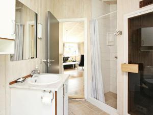 Salle de bains dans l'établissement Three-Bedroom Holiday home in Ålbæk 58