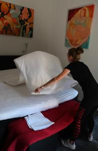 A bed or beds in a room at In De Achtste Hemel