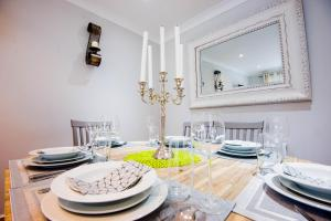 A restaurant or other place to eat at Stylish London 3-Bedroom, 3 Bathroom Apartment