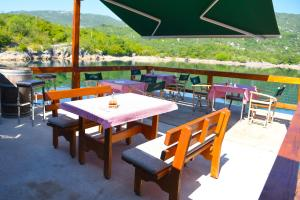 A restaurant or other place to eat at Kod Draskovica