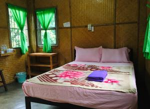 A bed or beds in a room at Golden Hut -Chill Bungalows in town黄金泰式传统独栋小屋