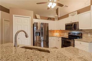 Küche/Küchenzeile in der Unterkunft Tropical Heated Pool Home Estates