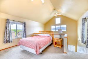 A bed or beds in a room at Lakeview Villa #805