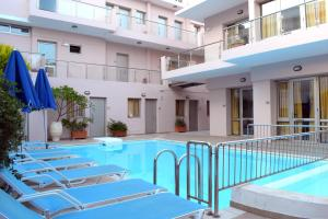 Het zwembad bij of vlak bij Blue Sky Hotel Apartments