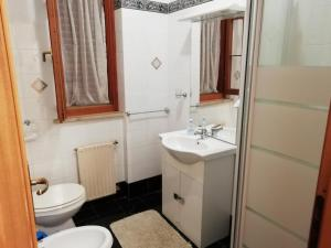 A bathroom at A Due Passi Dal Mare