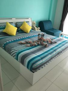 A bed or beds in a room at Pixels Cape Panwa Condo 89/133
