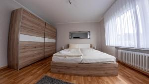 A bed or beds in a room at Willma Apartmenthaus