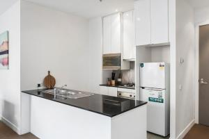 A kitchen or kitchenette at Anchor on Collins