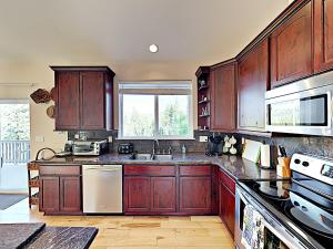 A kitchen or kitchenette at New Listing! Mountain-View Eden W/ Spacious Balcony Home