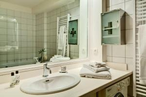 A bathroom at Glorious Apartment 3 Bedrooms, 4th Arr., Sleeps 8, REFPAR104005