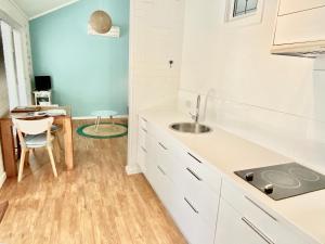 A kitchen or kitchenette at Whitesands Holiday Villas