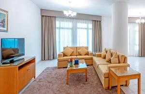 A seating area at Roda Al Murooj Residences