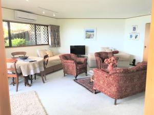 A seating area at Coastal Heights Accommodation